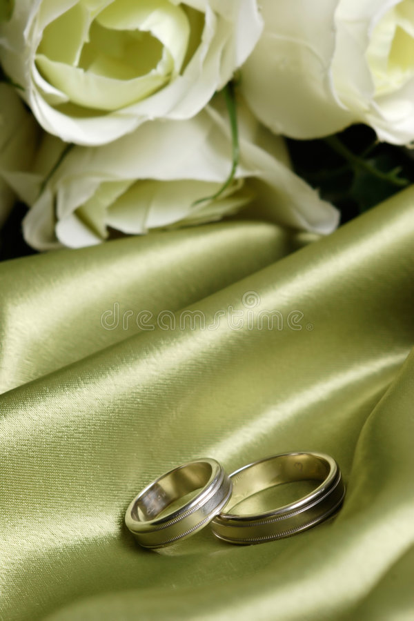 Free Pair Of Wedding Bands On Green Satin Royalty Free Stock Photography - 103827