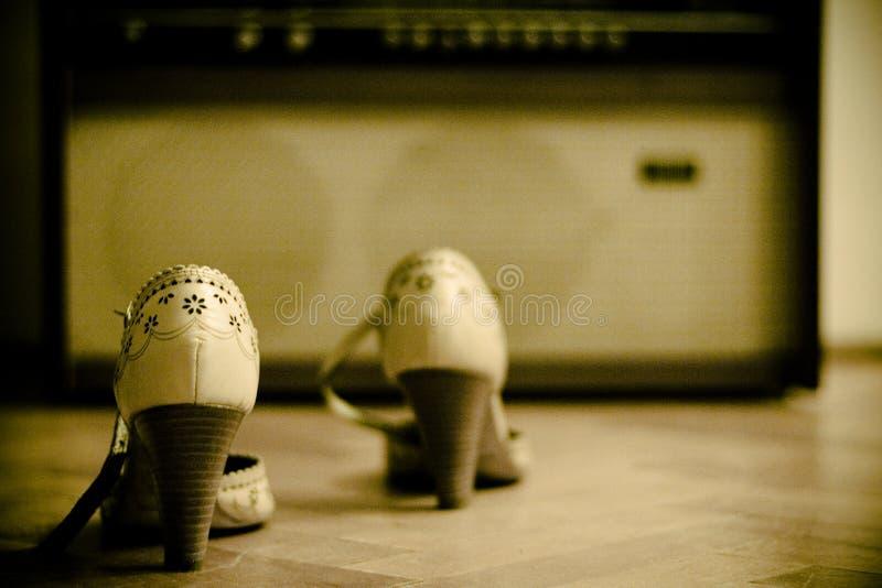 Paire de chaussures et une vieille radio photo libre de droits