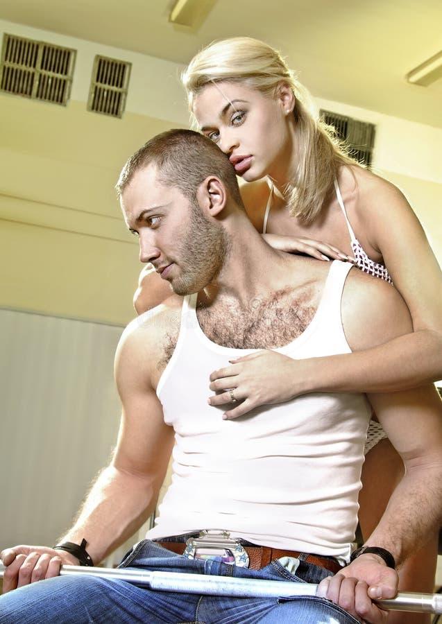 Paires d'amoureux dans la chambre d'exercice photos stock