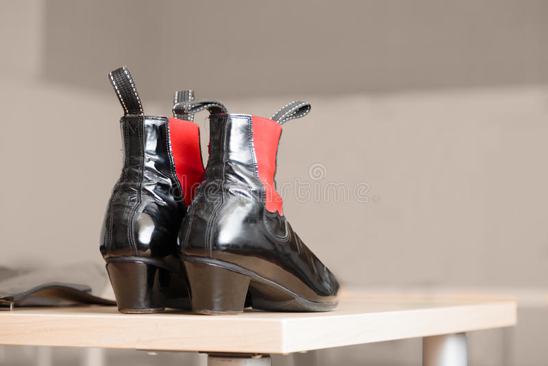 Paires de bottes en cuir noires avec des accents rouges photo stock