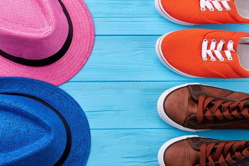 Paires de chapeaux et de chaussures d'été images libres de droits