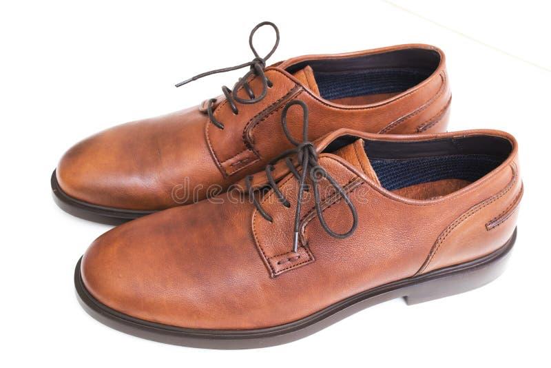 Paires de chaussures élégantes brunes images libres de droits