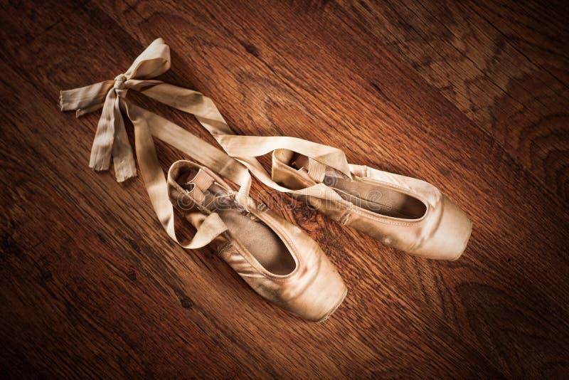 Paires de chaussures de ballet sur un plancher en bois photographie stock libre de droits