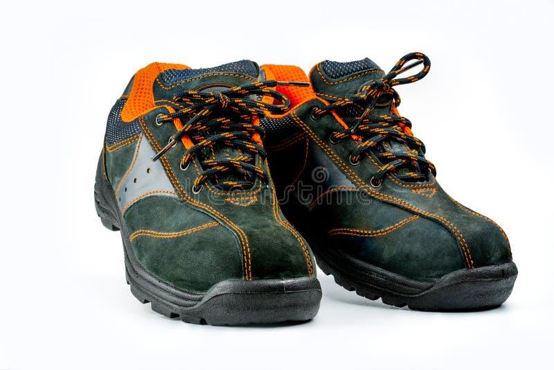 Paires de chaussures en cuir de sécurité noire d'isolement sur le fond blanc avec l'espace de copie Chaussures de travail pour le photo libre de droits