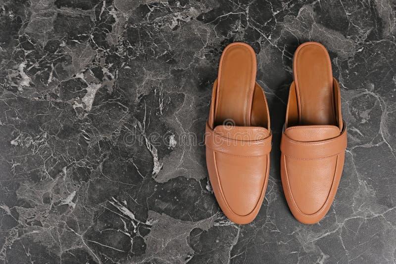 Paires de chaussures femelles sur le fond foncé photo libre de droits