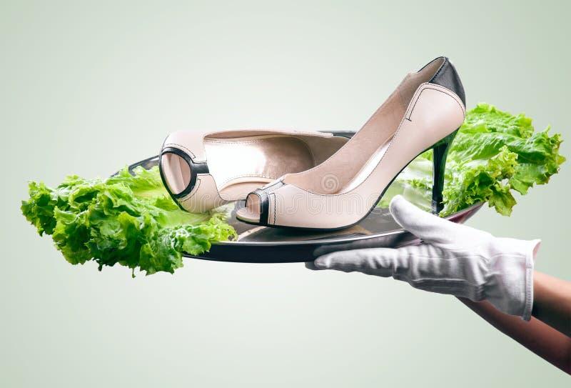 Paires de chaussures femelles sur le plateau photos stock