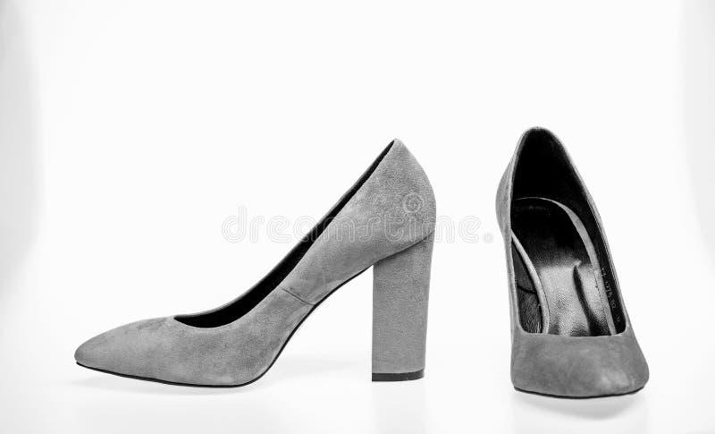 Paires de chaussures gîtées par haute à la mode Chaussures fabriquées à partir de le suède gris sur le fond blanc, d'isolement, l photo libre de droits