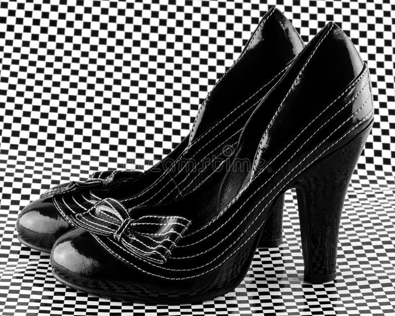 Paires de chaussures gîtées par haute photographie stock