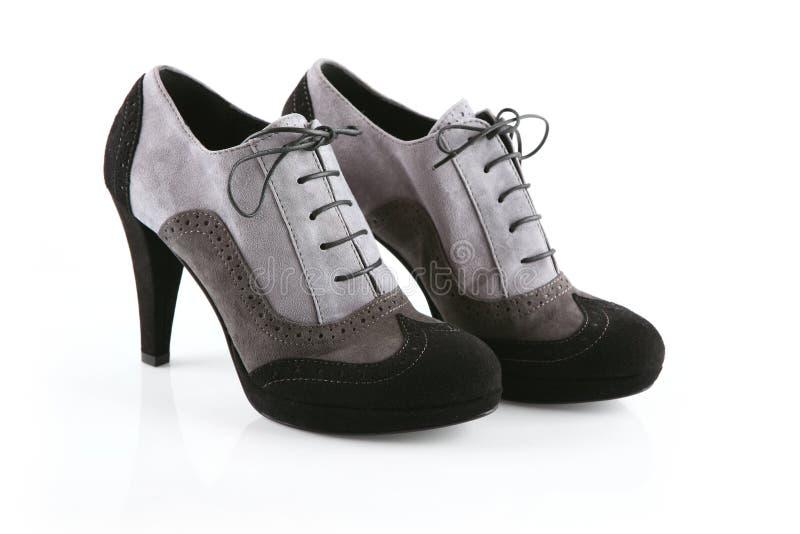 Paires de chaussures noires et grises de stylet images libres de droits
