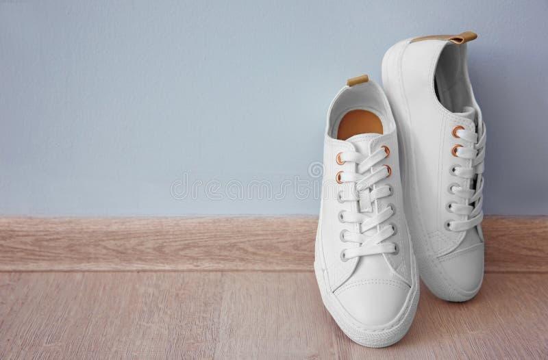 Paires de chaussures de sport sur le plancher photos stock