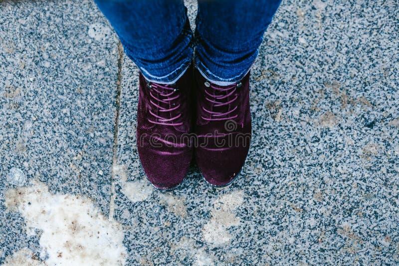 Paires de cru de chaussures pourpres marchant sur le sable photo libre de droits