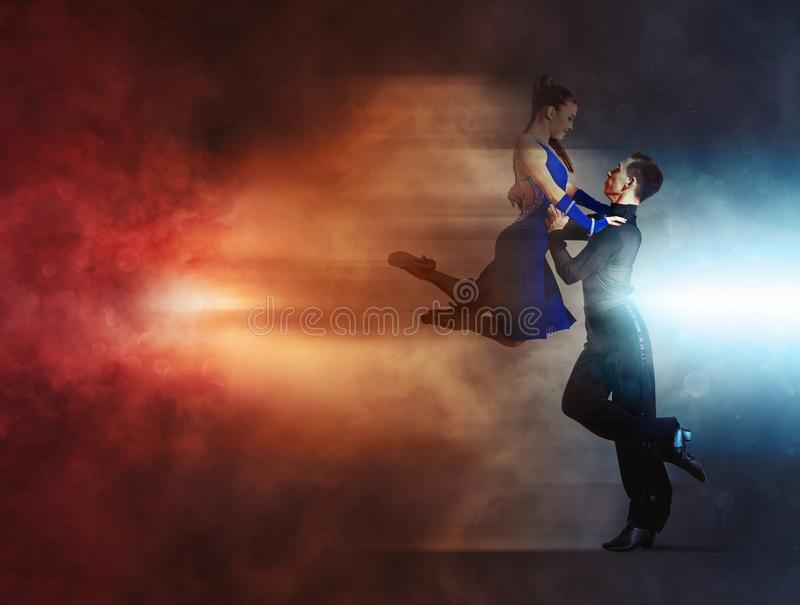 Paires de danseurs dansant la salle de bal image libre de droits
