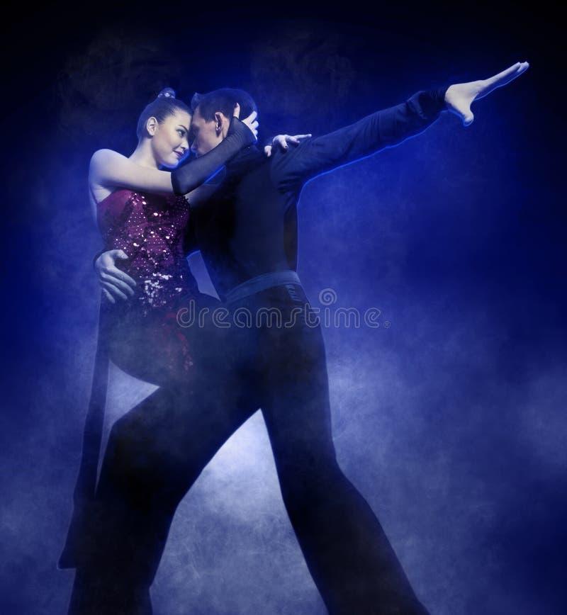 Paires de danseurs dansant la salle de bal photographie stock libre de droits