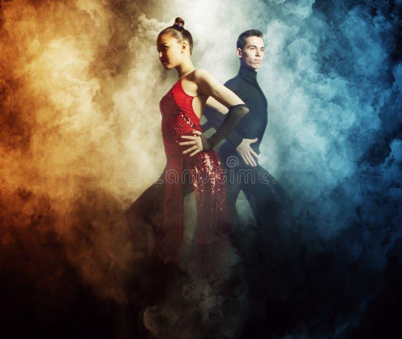 Paires de danseurs dansant la salle de bal photo stock
