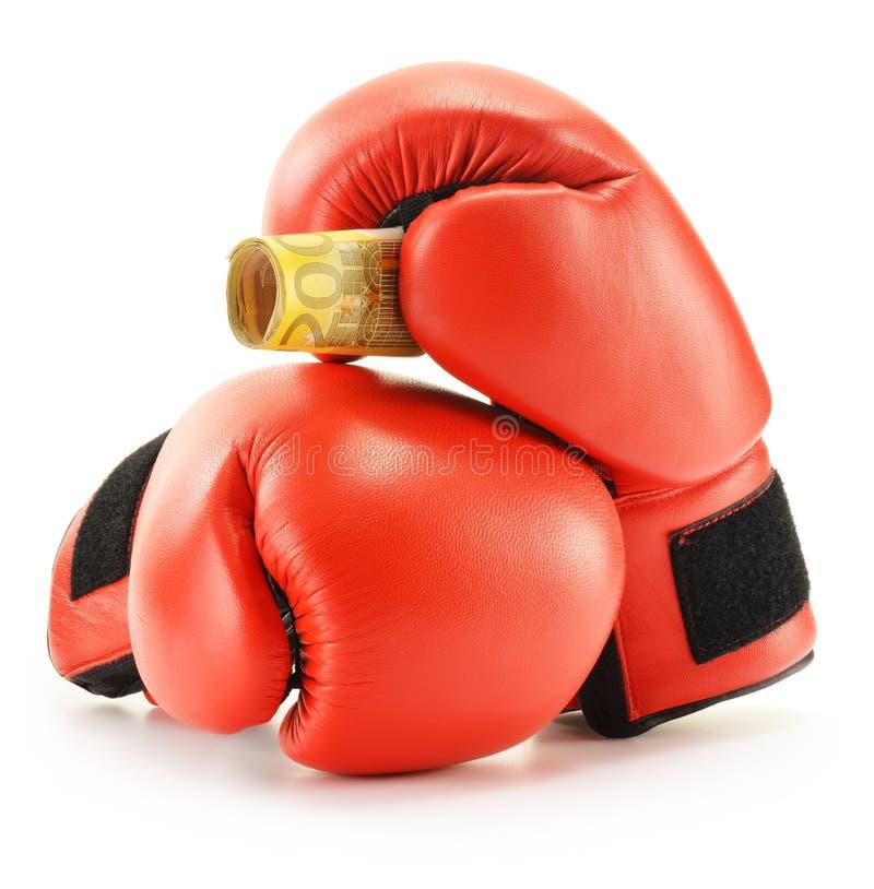 Paires de gants de boxe en cuir rouges et d'euro billets de banque sur le blanc photos libres de droits