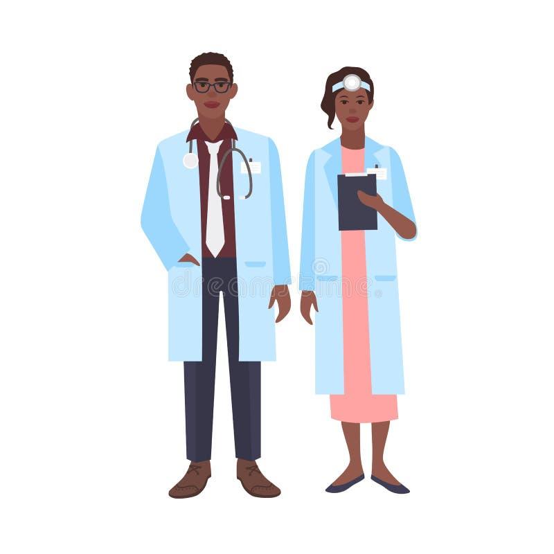 Paires de médecins d'afro-américain portant des manteaux de médecin L'homme et les médecins ou les chirurgiennes de femme se sont illustration libre de droits