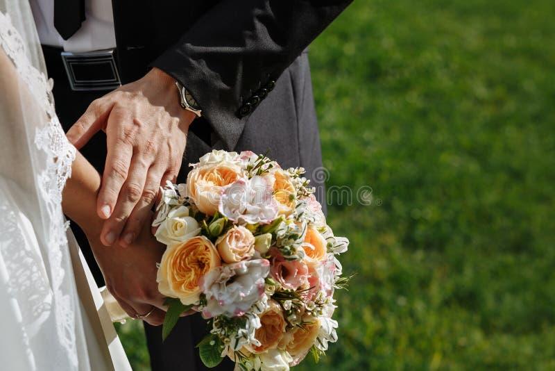 Paires de nouveaux mariés affectueux images stock