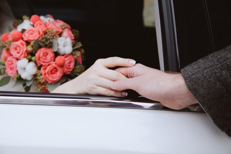 Paires de nouveaux mariés affectueux image libre de droits