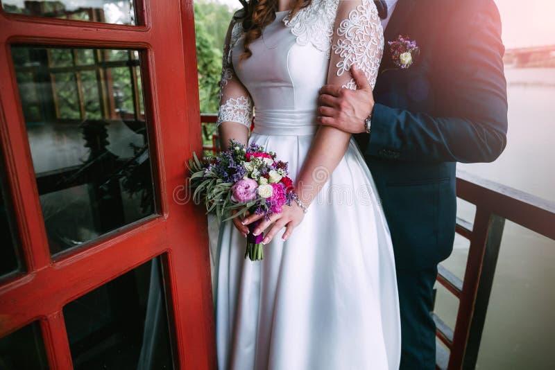 Paires de nouveaux mariés affectueux photos stock