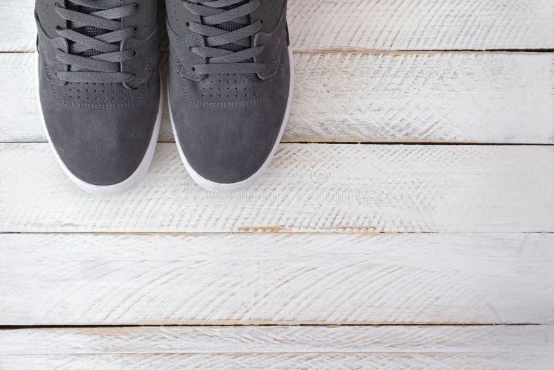 Paires de nouvelles chaussures élégantes de planche à roulettes pour les hommes dans la couleur grise sur le wh images libres de droits