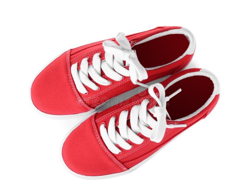 Paires de nouvelles chaussures élégantes sur le fond blanc photographie stock