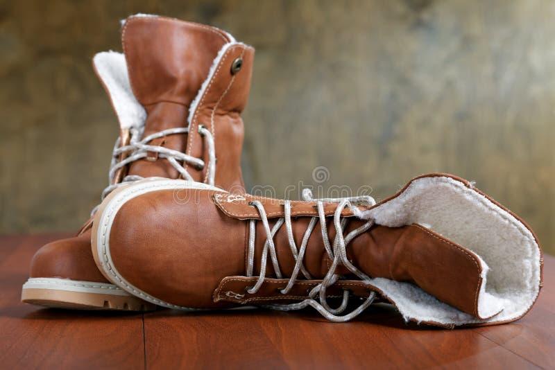 Paires de nouvelles chaussures sur le plancher images libres de droits