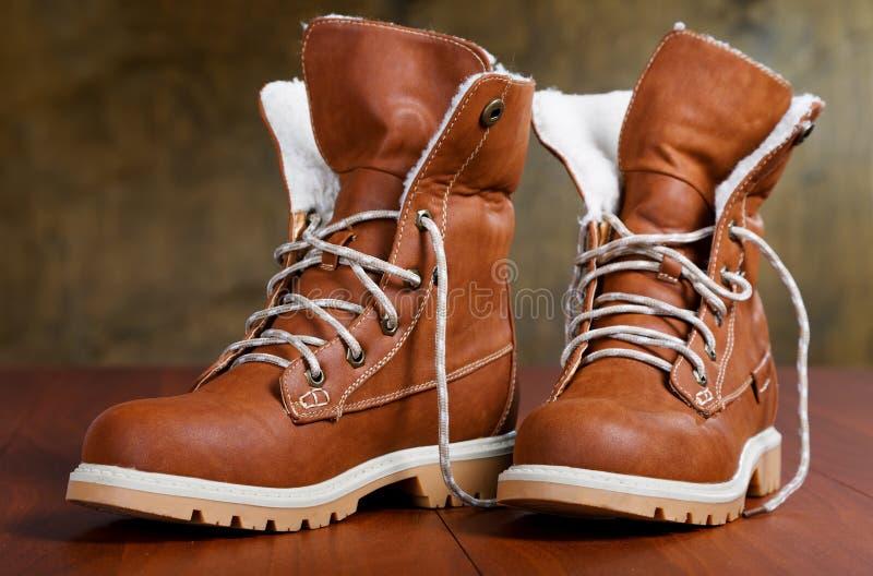 Paires de nouvelles chaussures sur le plancher image libre de droits