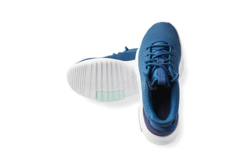 Paires de nouvelles espadrilles bleues, chaussures de sport, chaussures de course d'isolement sur le fond blanc image stock