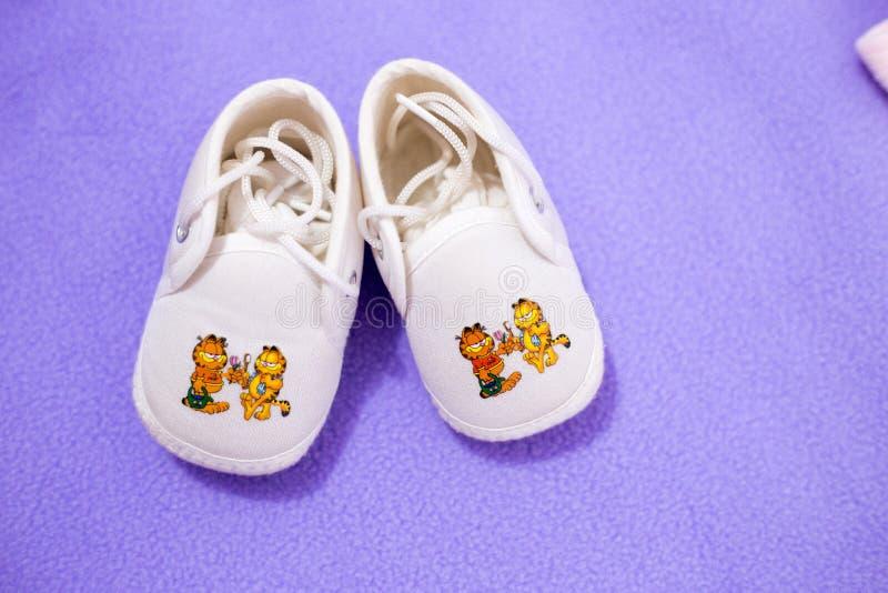 Paires de petites et mignonnes chaussures de bébé photo stock
