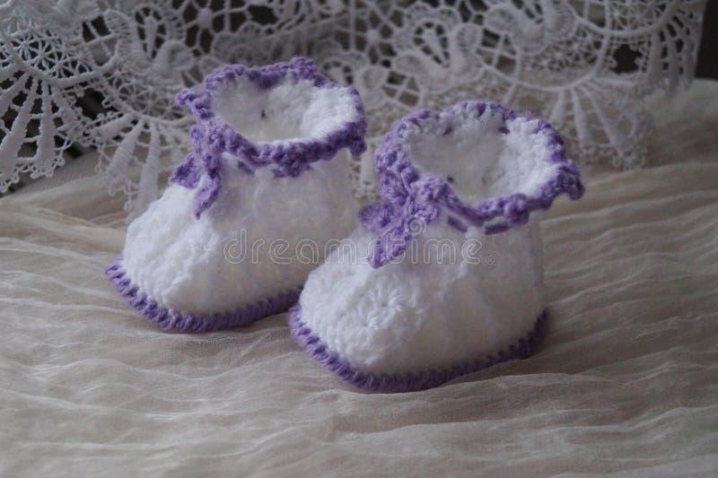 Paires de petits chaussons pour nouveau-né images stock