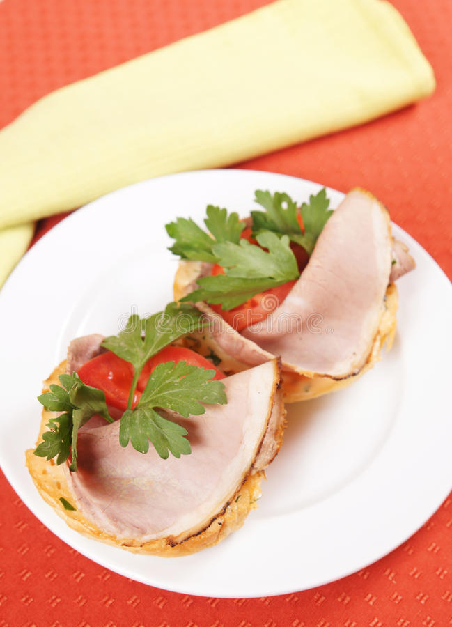 Paires de sandwichs avec du jambon et des tomates