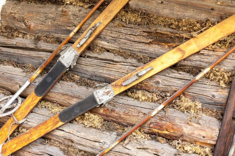 Paires de skis bruns en bois démodés photographie stock