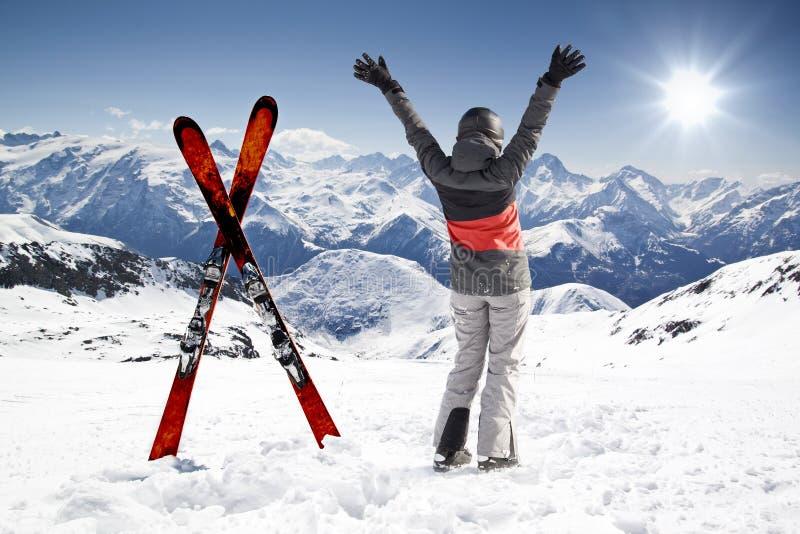 Paires de skis croisés avec le skieur de femme, mains  photos libres de droits