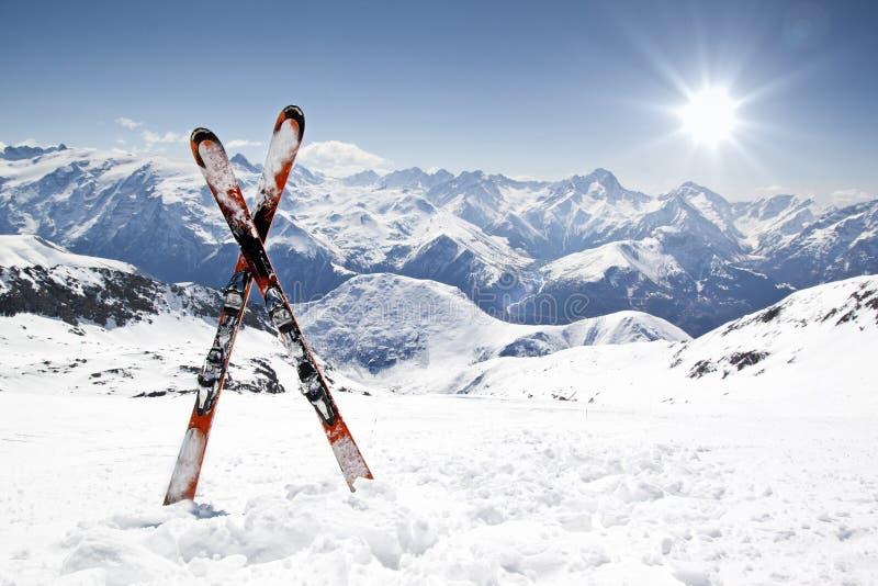 Paires de skis en travers images libres de droits