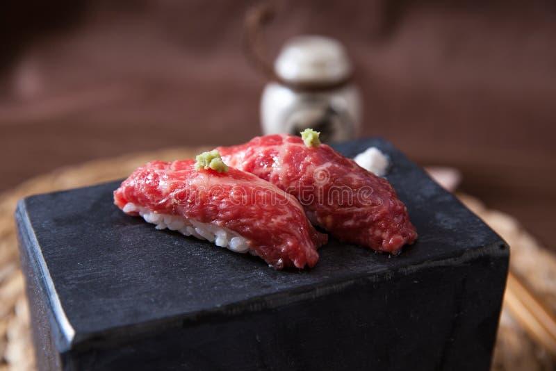 Paires de sushi de boeuf de Wagyu photographie stock libre de droits