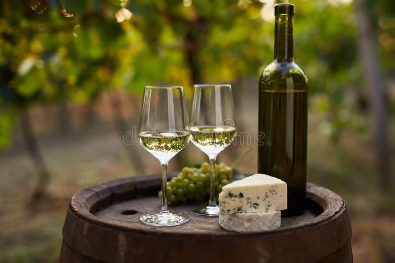 Paires de verres de vin blanc sur le baril en bois image stock