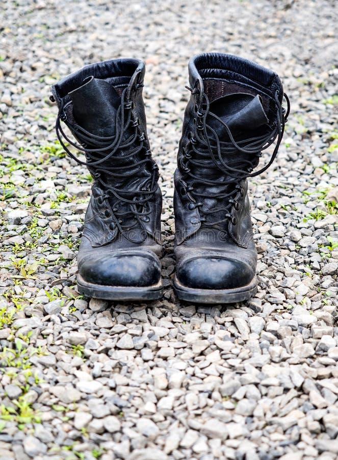 Paires de vieilles bottes d'armée image libre de droits
