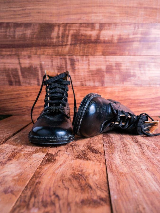 Paires de vintage de bottes de garçons de l'ère 1940's image stock