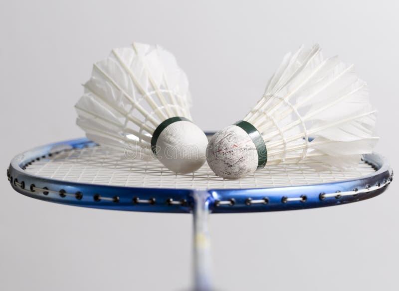 Paires de volants sur la raquette de badminton photographie stock libre de droits