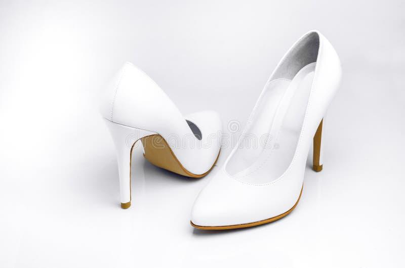 Paires de Women& classique blanc x27 ; chaussures à talons hauts de s images libres de droits