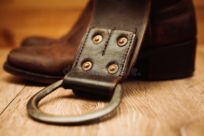 Paires des bottes et de la ceinture de cowboy images stock