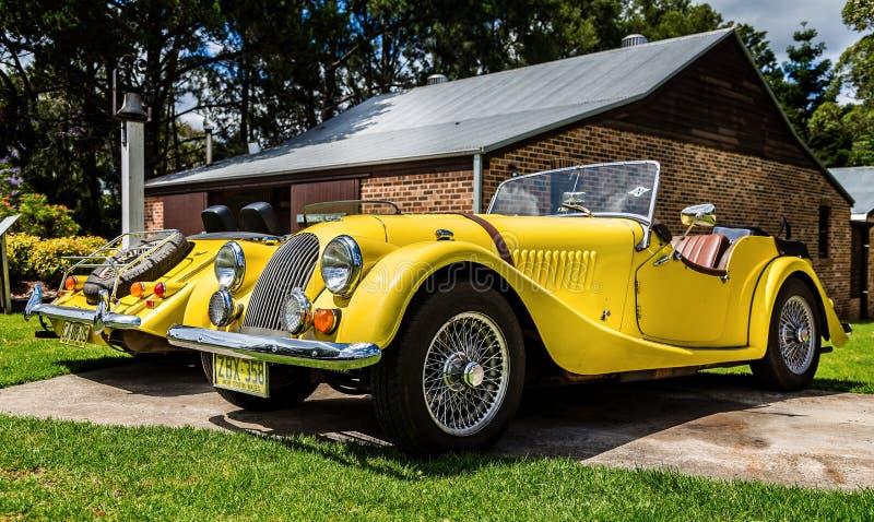 Paires du classique Morgan Sports Car jaune en Fagan Park, NSW, Australie photographie stock
