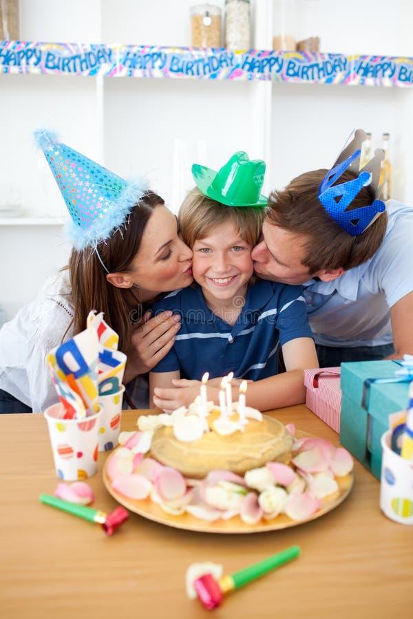 Download Pais Bonitos Que Comemoram O Aniversário Do Seu Filho Imagem de Stock - Imagem de amor, lazer: 12813327