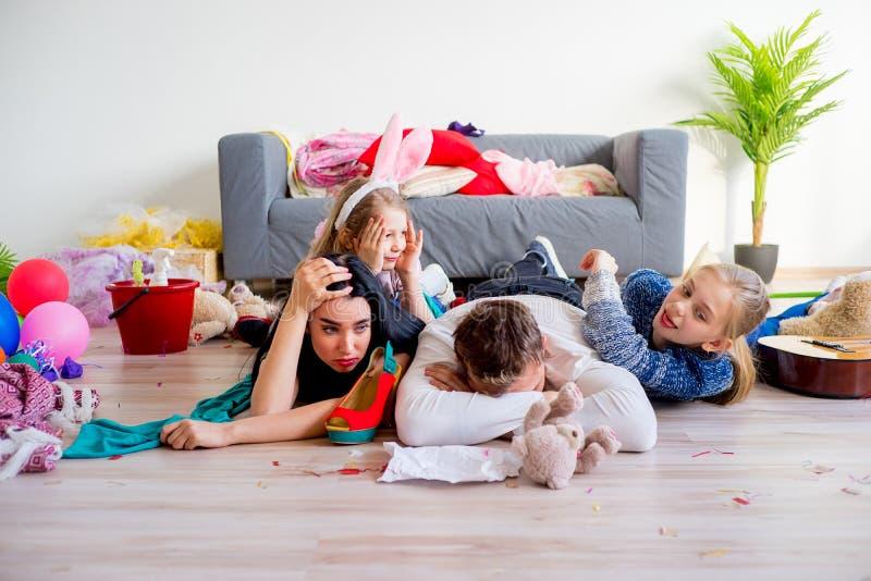 Pais cansados e crianças brincando fotos de stock