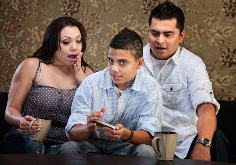 Pais choc e Texting adolescentes fotografia de stock