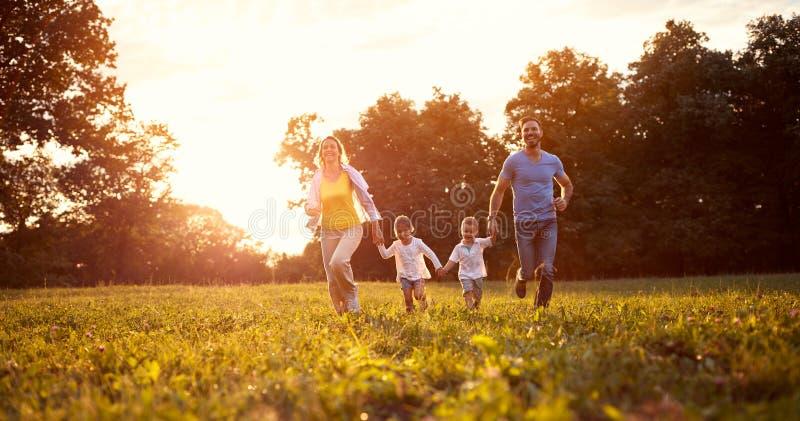 Pais com as crianças na natureza foto de stock