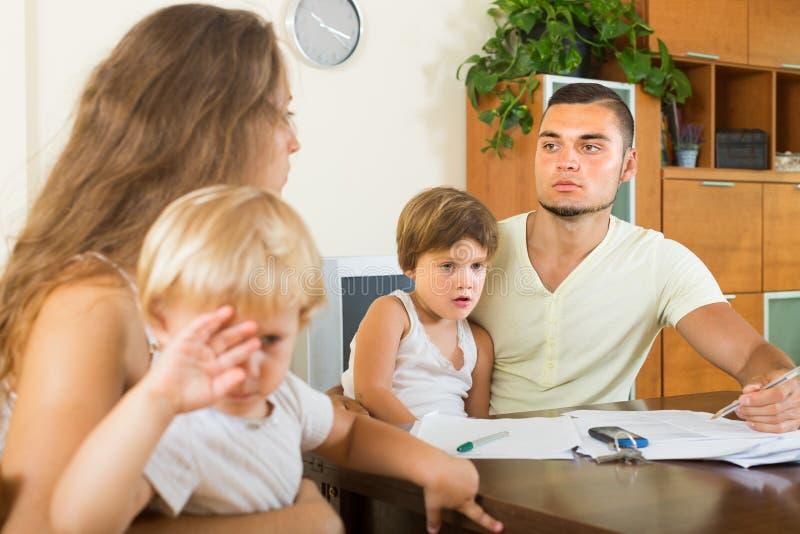 Pais com as crianças que têm a discussão foto de stock