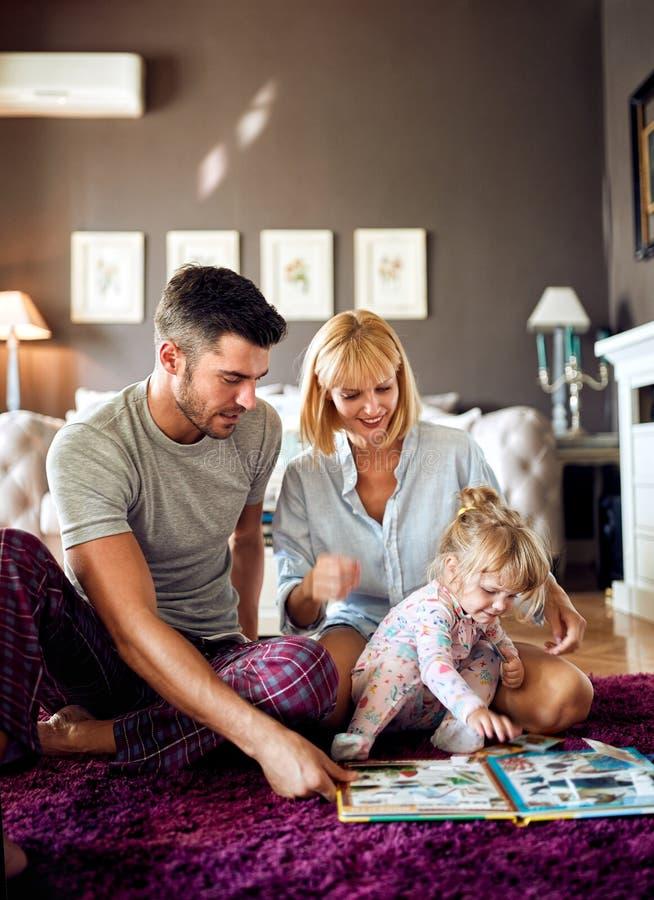 Pais com a criança que joga com enigmas fotografia de stock
