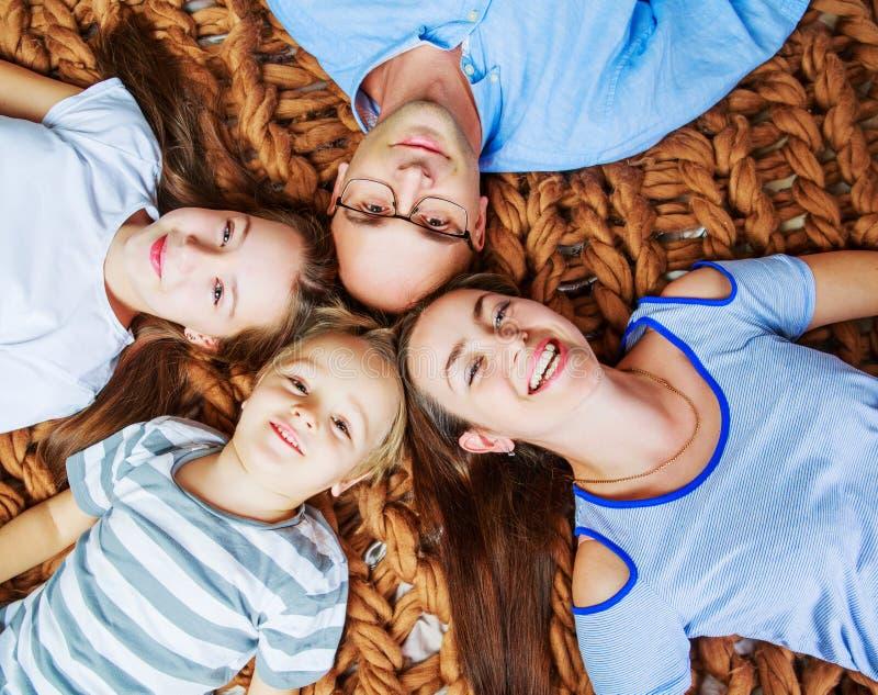 Pais com crianças em casa imagens de stock