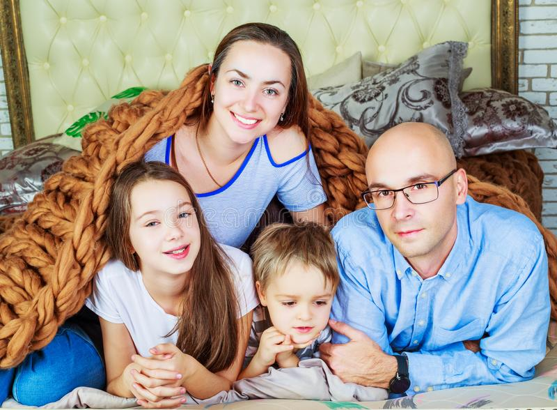 Pais com crianças em casa fotografia de stock